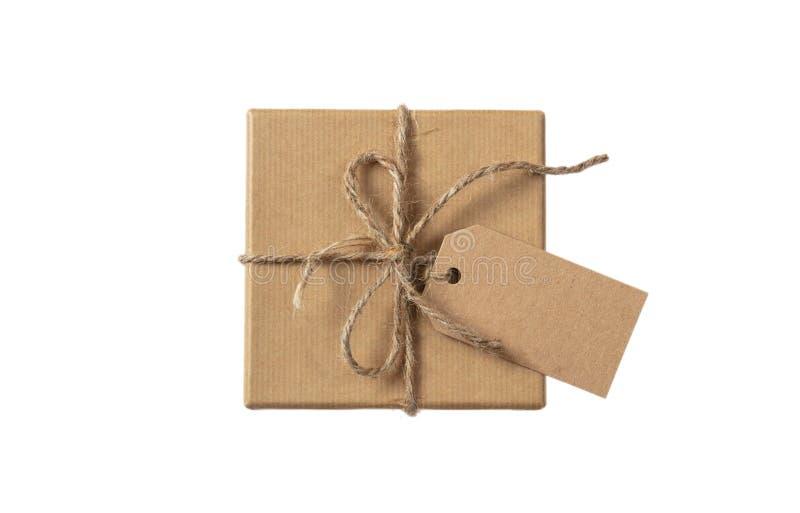 O bege isolado recicla a opinião superior da caixa de presente com etiqueta em um fundo branco imagem de stock