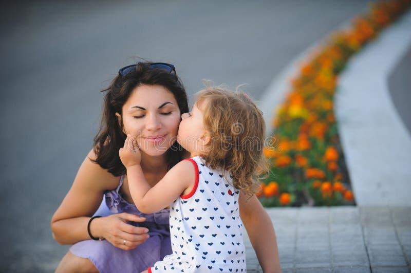 O beijo da criança imagens de stock royalty free