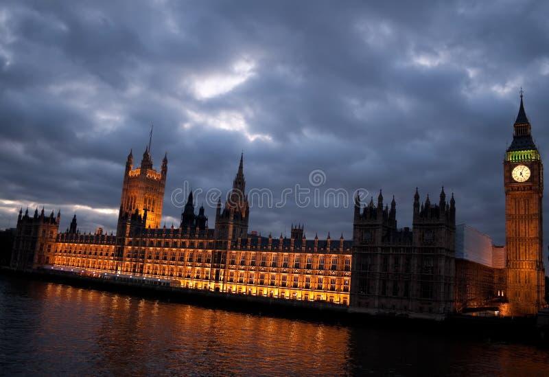 Download O Ben Grande E As Casas Do Parlamento No Crepúsculo Imagem de Stock - Imagem de gothic, britain: 12803573