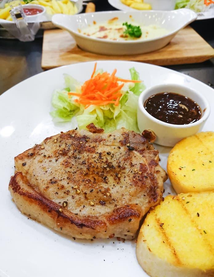 O bife da carne de porco pôs de conserva a pimenta preta e o molho picante tailandês fotografia de stock royalty free