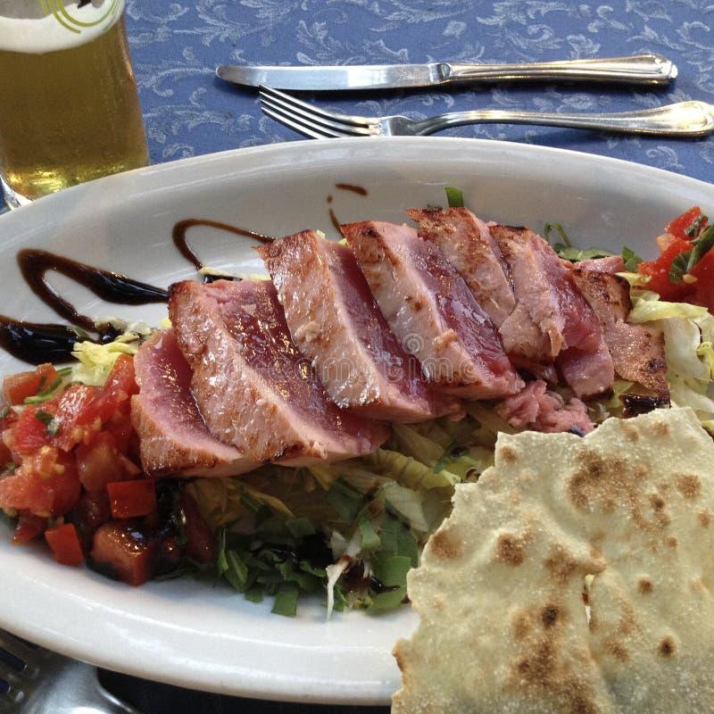 O bife de atum grelhou com vegetais, ataúde e pão imagem de stock