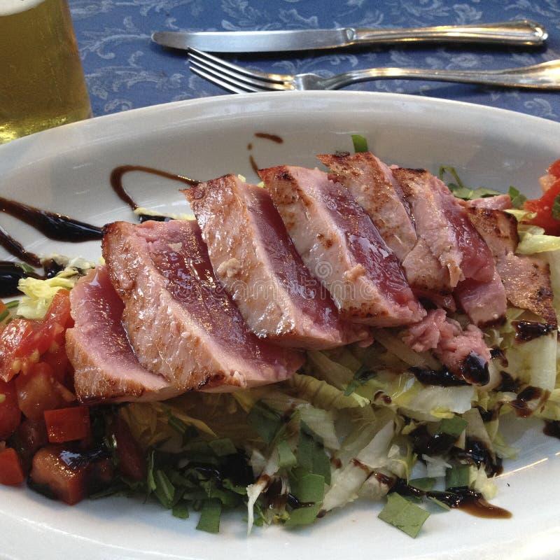 O bife de atum grelhou com vegetais, ataúde e pão foto de stock royalty free