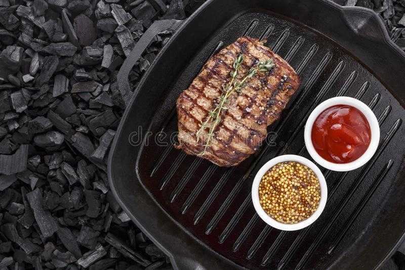 O bife grelhado cozinhou em uma frigideira fotografia de stock royalty free