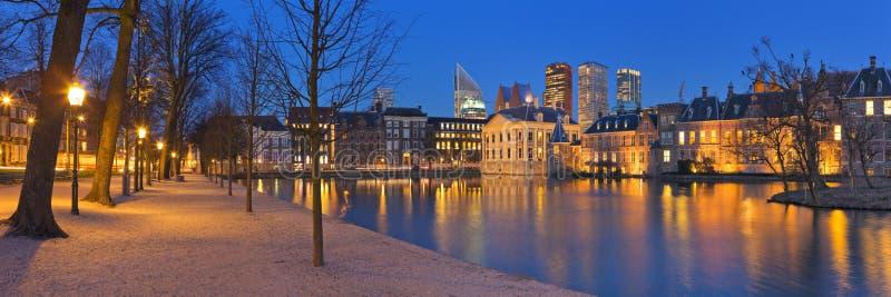 O Binnenhof em Haia, os Países Baixos na noite fotografia de stock royalty free