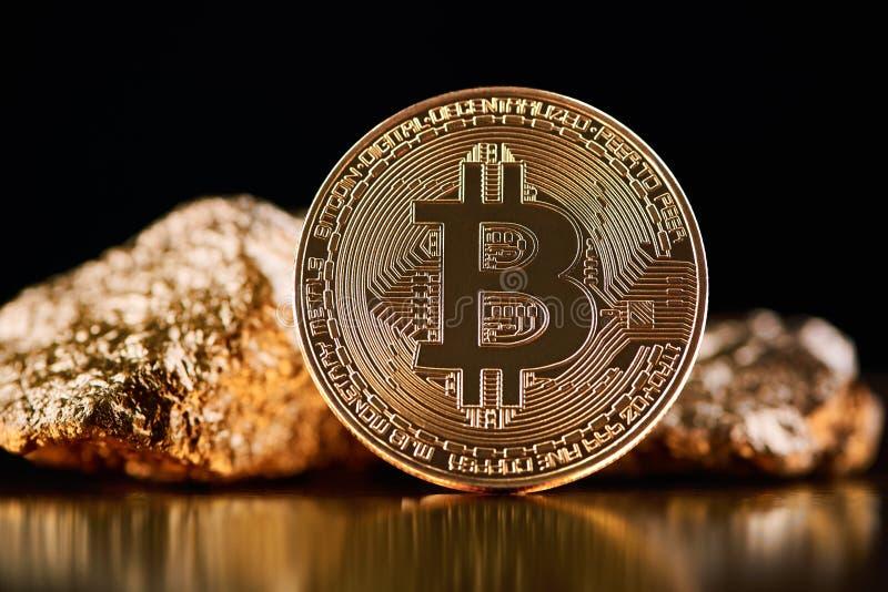 O bitcoin dourado na frente das protuberâncias do ouro que representam o mundo futurista tende ambos isolado no fundo preto fotografia de stock royalty free