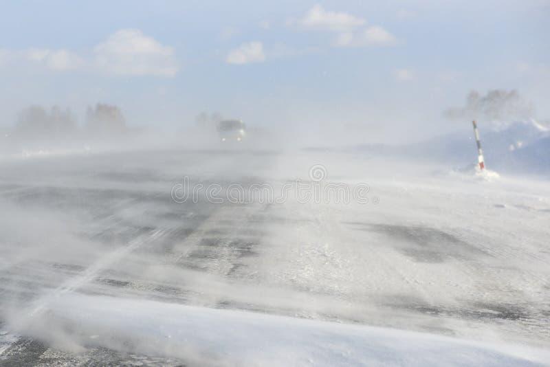 O blizzard do inverno obstruiu uma estrada imagens de stock royalty free