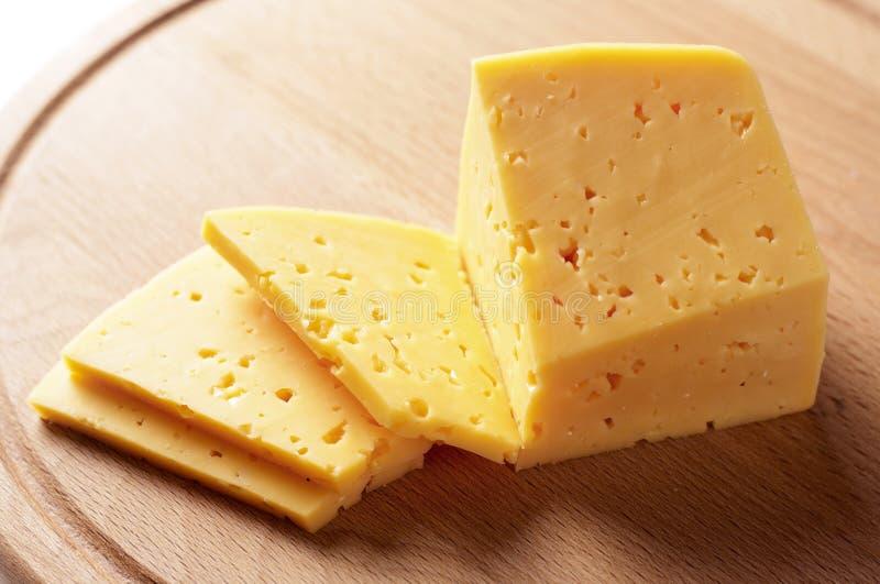 O bloco de queijo cortou em fatias fotografia de stock