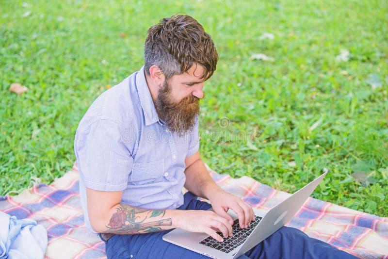 O Blogger cria o índice para a rede social O escritor ou o blogger escrevem o cargo para a rede social Crise da faculdade criador imagem de stock