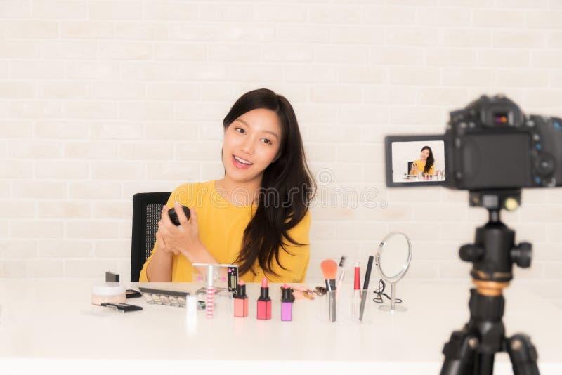 O blogger da beleza no vídeo social vive fotografia de stock