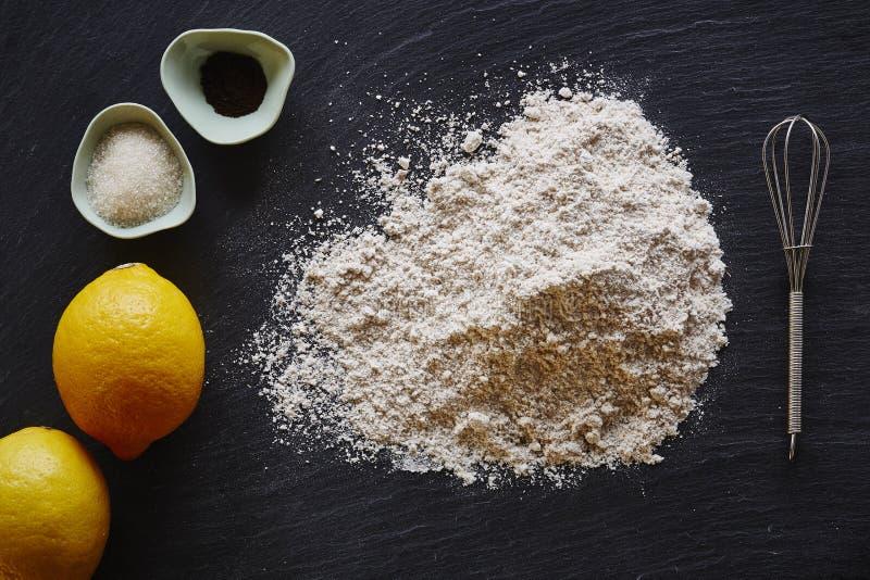 O blogue do alimento que faz uma torta do limão flour limões na obscuridade surge fotos de stock