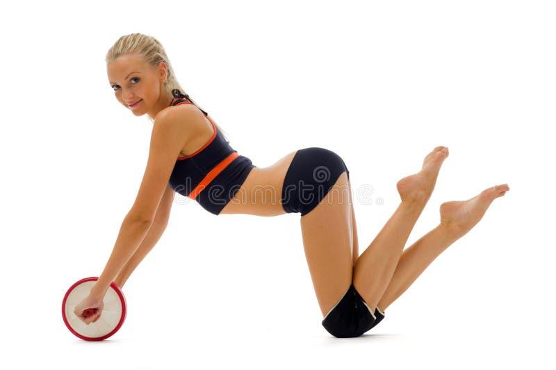 O blonde bonito está fazendo exercícios da ginástica fotografia de stock royalty free