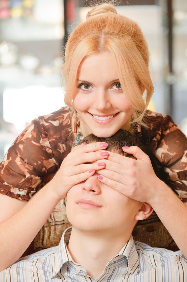 O Blonde fecha os olhos para equipar imagens de stock