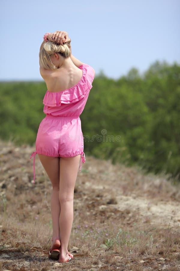 O blondie bonito levanta ao ar livre fotografia de stock royalty free