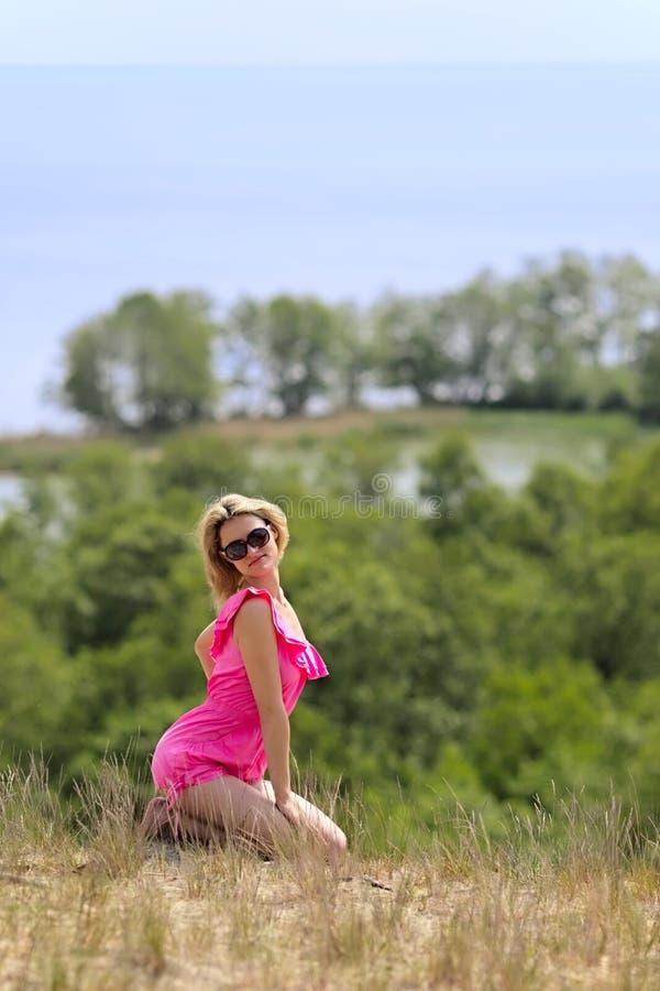 O blondie bonito levanta ao ar livre imagens de stock royalty free