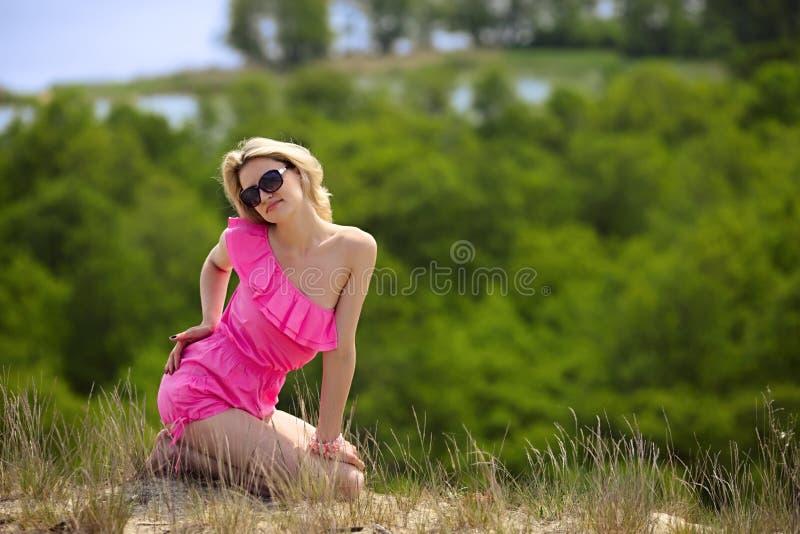 O blondie bonito levanta ao ar livre imagens de stock
