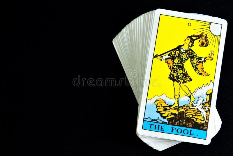O bobo da corte, o cartão de tarô é um homem vestido como um bobo da corte Representa a imaturidade, negligência, estupidez no co fotografia de stock royalty free