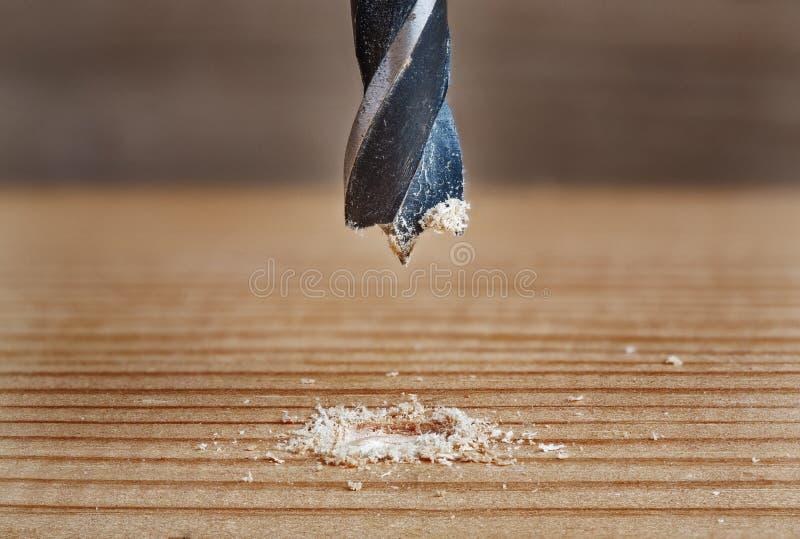 O bocado de broca velho do metal faz o furo na madeira imagens de stock royalty free