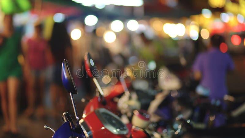 O bokeh colorido dos sinais circunda na rua da cidade da noite abstraia o fundo imagens de stock royalty free