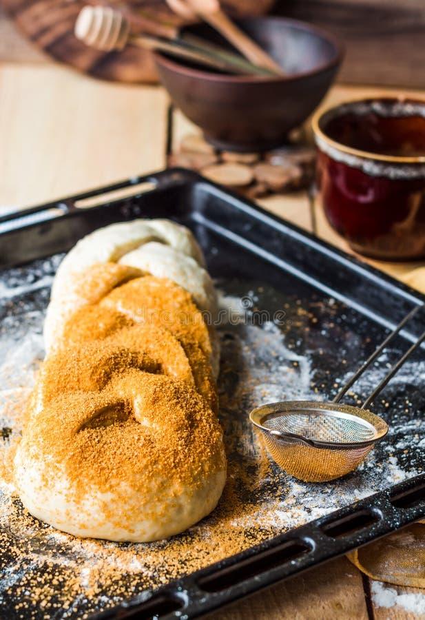 O bolo bruto com canela durante o cozimento, põe manteiga a massa crua fotos de stock royalty free