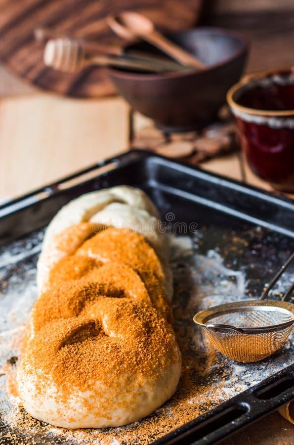 O bolo bruto com canela durante o cozimento, põe manteiga a massa crua imagem de stock royalty free