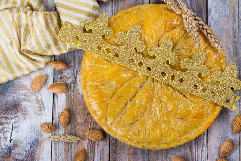 O bolo caseiro do DES Rois de Galette com reis feitos a mão coroa Bolo francês tradicional do esmagamento com amêndoa à terra fotografia de stock