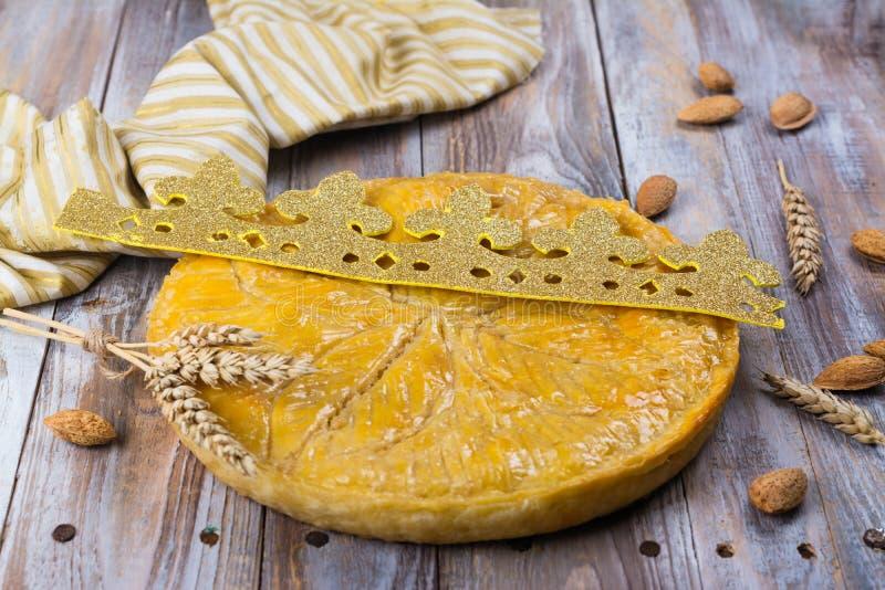 O bolo caseiro do DES Rois de Galette com reis feitos a mão coroa Bolo francês tradicional do esmagamento com amêndoa à terra foto de stock royalty free
