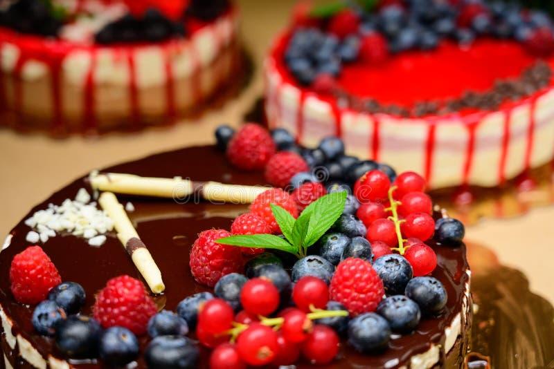 O bolo da framboesa e muitas framboesas frescas, frutos de baga selvagens da floresta Muss o bolo com chocolate um chocolate bran fotos de stock