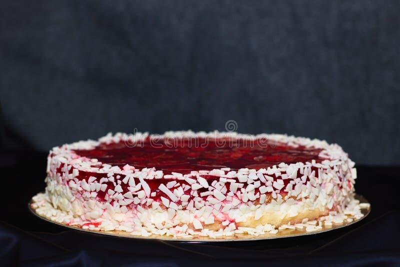 O bolo da geleia da morango do aniversário com chocolate branco polvilha fotos de stock royalty free