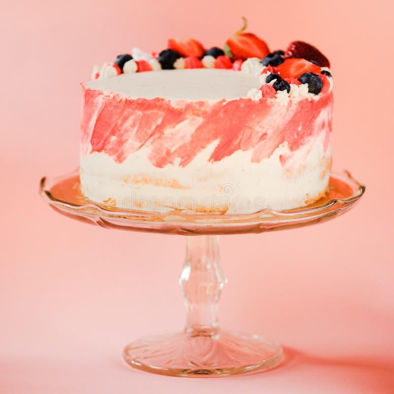 O bolo da morango, casa fez a sobremesa do bolo mergulhado foto de stock