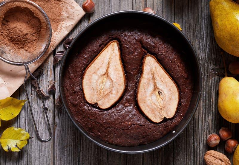 O bolo da torta do chocolate com feriado tradicional caseiro do Natal do outono da pera cozeu a sobremesa do caramelo da pastelar imagem de stock