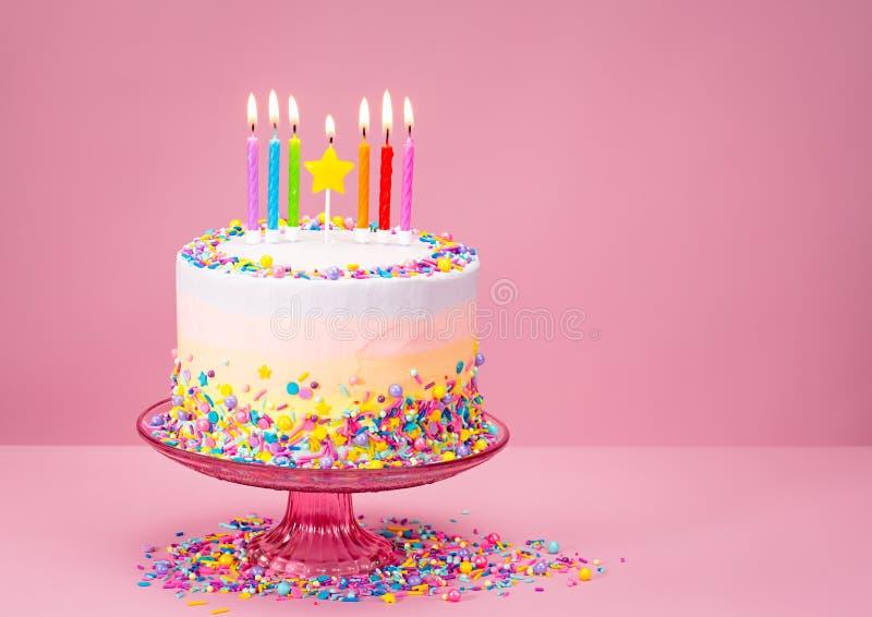O bolo de aniversário colorido com polvilha imagem de stock royalty free