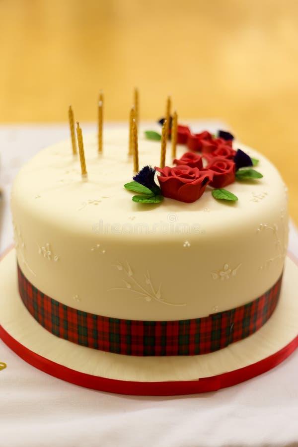 O bolo de aniversário com tarten, rosas e candels imagens de stock royalty free