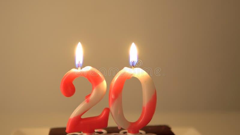 20o bolo de aniversário e velas de sopro imagens de stock