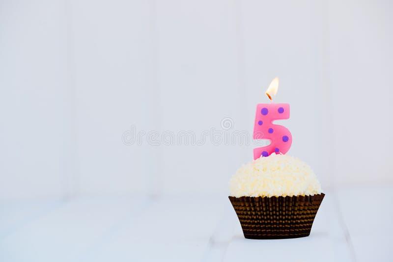 O bolo de aniversário para o quinto aniversário fotos de stock royalty free