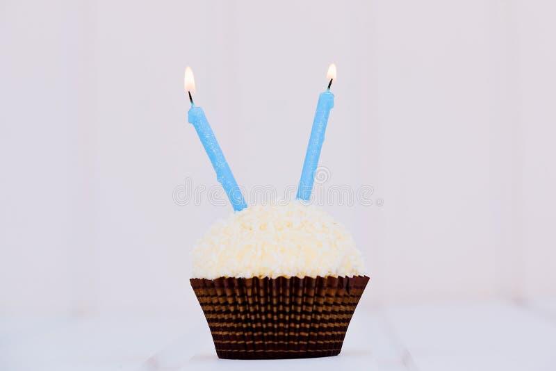 O bolo de aniversário para o segundo aniversário fotografia de stock royalty free