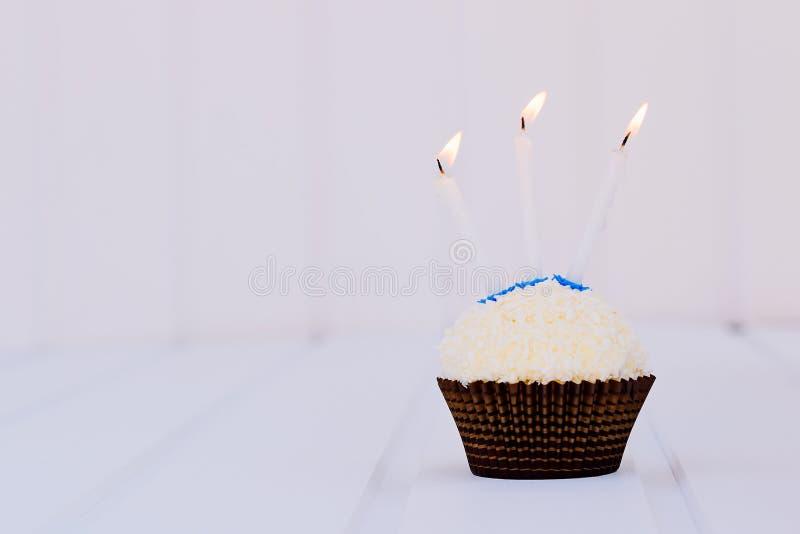 O bolo de aniversário para o terceiro aniversário imagem de stock