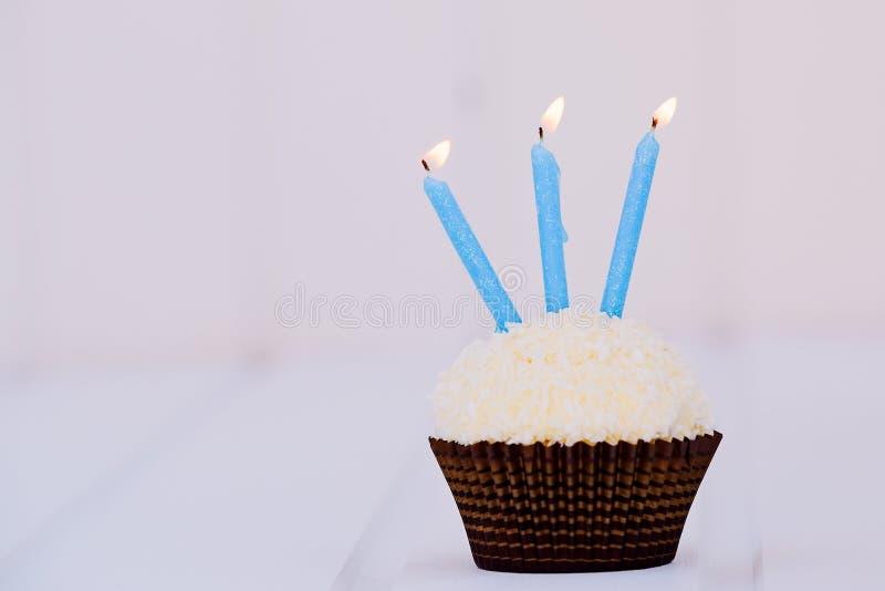 O bolo de aniversário para o terceiro aniversário fotos de stock