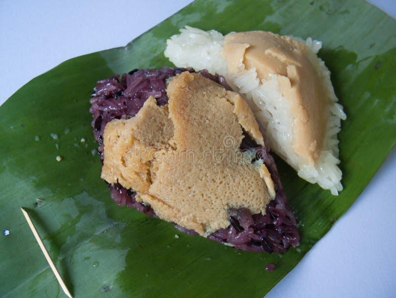 O bolo de arroz glutinoso de duas cores é cor preto e branco fotografia de stock