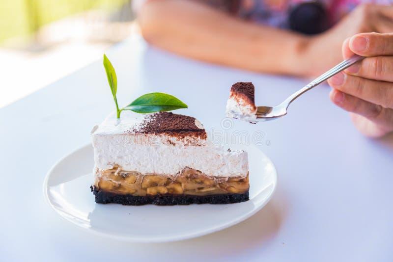 O bolo de banana e caramelo endurece com chá verde foto de stock