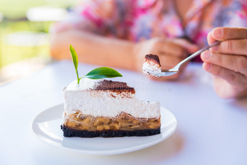 O bolo de banana e caramelo endurece com chá verde fotografia de stock