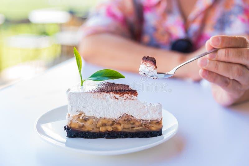 O bolo de banana e caramelo endurece com chá verde imagens de stock