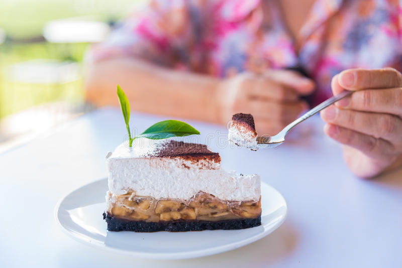 O bolo de banana e caramelo endurece com chá verde imagens de stock royalty free