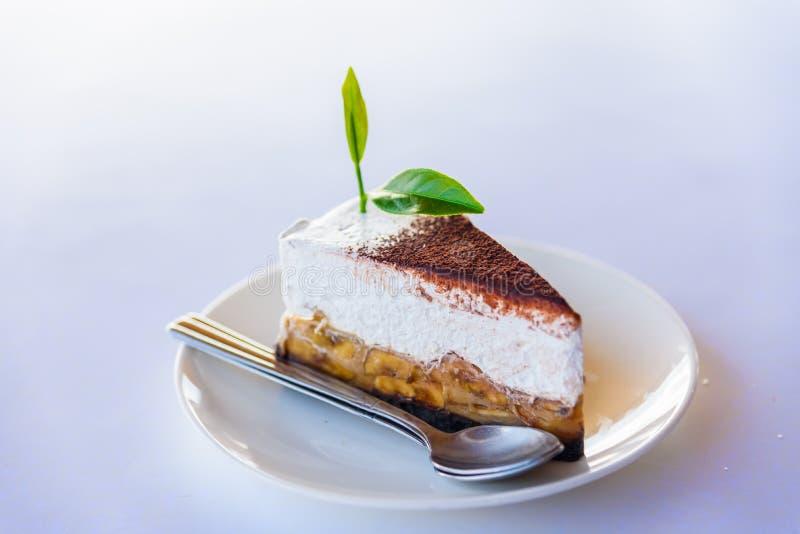 O bolo de banana e caramelo endurece com chá verde foto de stock royalty free