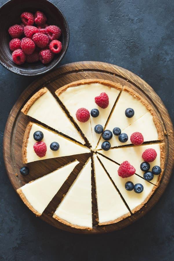 O bolo de queijo clássico cortou em fatias, opinião de tampo da mesa imagem de stock