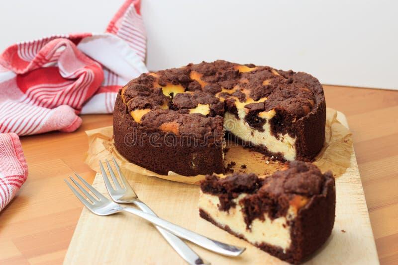 O bolo de queijo com pastelaria do shortcrust do chocolate e o chocolate desintegram-se fotografia de stock royalty free