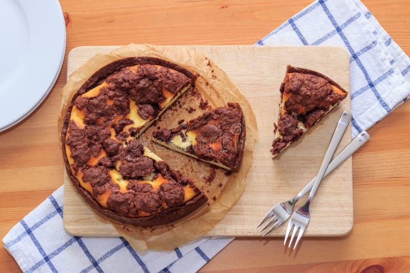 O bolo de queijo com pastelaria do shortcrust do chocolate e o chocolate desintegram-se fotos de stock