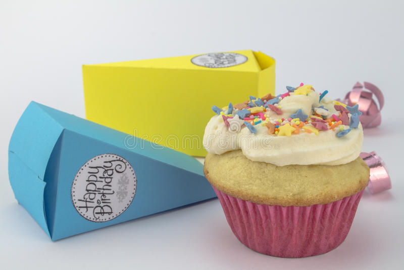 O bolo do copo do feliz aniversario com estrela polvilha isolado nos vagabundos brancos imagem de stock royalty free