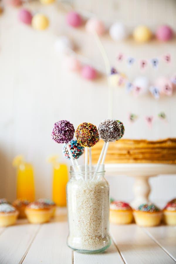 O bolo estala na tabela do feriado sweetness Doces no fundo de madeira imagens de stock royalty free