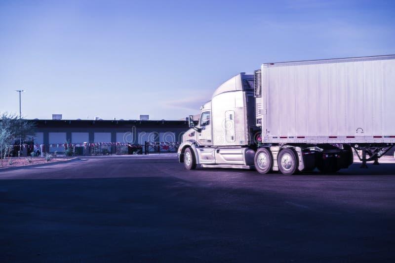 O bom caminhão pesado chega no armazém fotos de stock