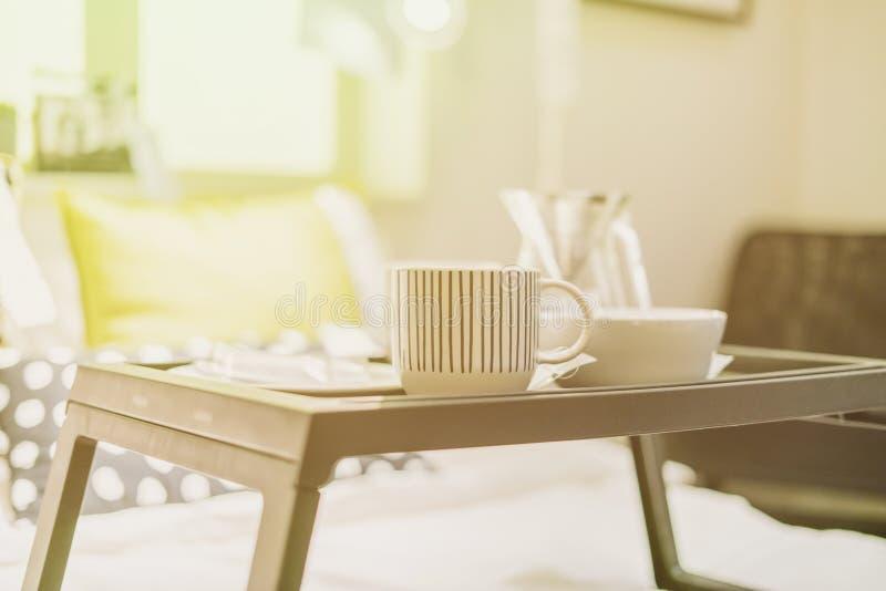 O bom dia acorda o conceito alimento na tabela na cama f foto de stock